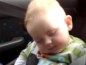 Bebé Sonriente No Quiere Dormir