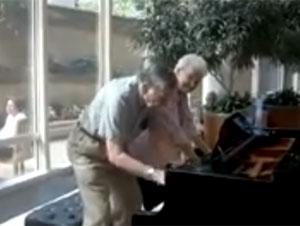 Enamorados de 90 Años Se Ponen de Pie, Pero Cuando Empiezan a Tocar, ¡Guau!