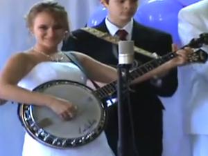 Novia Talentosa Celebra el Día de su Boda Con Una Interpretación Épica en Su Banjo