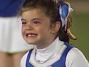 Esta Pequeña Animadora de 7 Años se Sintió Abrumada de Alegría Cuando Vio Inesperadamente a su Papá Marinero