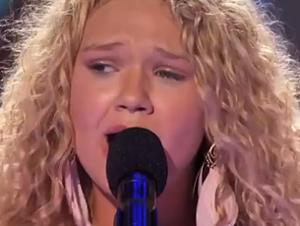 Chica Talentosa con un Trastorno Genético Canta – y Lleva al Público hasta las Lágrimas