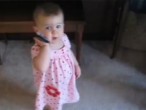 Una Preciosa Bebé Habla por Teléfono con Su Papá – y es Tan Lindo!