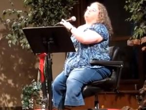 Una Mujer Sin Piernas Canta al Todopoderoso Sanador – un Hermoso Video