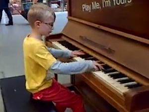 Un Niño Se Sienta al Piano que Estaba en Exhibición y Hace Algo Increíble