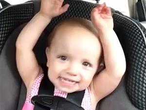 ¡Feliz Día del Amor y la Amistad!- Dulce Bebita que Canta en el Auto con Elvis