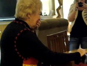 Esta Abuela se Redujo a las Lágrimas con Este Regalo tan Conmovedor