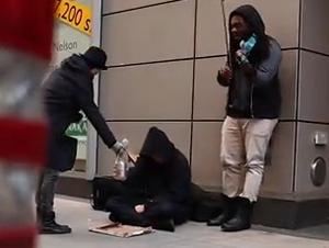 Pensaban que Estaban Dando Caridad a los Necesitados – Pero Recibieron una Sorpresa!