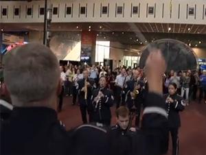 Estos Militares Sorprendieron a los Turistas con una Multitud Instantánea que Usted Debe Ver