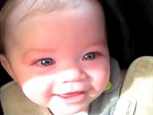 Sólo una Cosa Puede Detener a Esta Preciosa Bebé de Llorar Cuando Va en el Auto con Su Papá