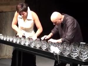 Dos Personas Hacen Música Increíble Utilizando Solamente Agua y Vidrio – ¡GUAU!