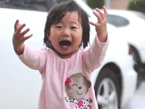 Preciosa Bebita Disfruta de la Lluvia por Primera Vez – GOZO Supremo