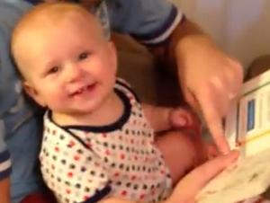 Vea Cómo este Gracioso Bebé Reacciona a Leer un Libro