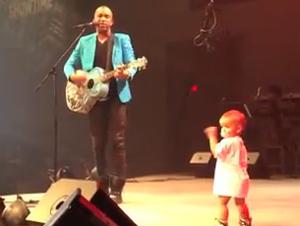 Dulce Bebé se Roba el Show en el Concierto de Papá
