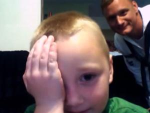 Niño Pequeño Recibe una Sorpresa Conmovedora Mientras Habla en la Cámara Web