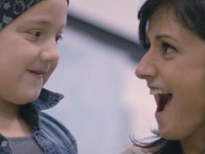 Esta madre amorosa le da un regalo inolvidable a su hija – ¡Y ella queda más sorprendida!
