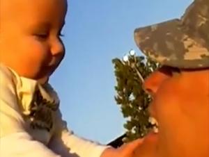 Estos Papás en Servicio a Su País Conocen a Sus Hijos por Primera Vez