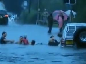 Increíble Video de 'Ángeles Guardianes' Salvando a Niños De un coche que se Hundía. Tan heroico
