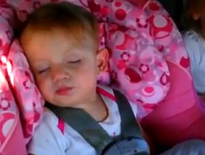 Bebita está súper dormida Hasta que su canción favorita empieza a tocar