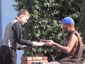 Este 'camarero' hace algo increíblemente amable para las Personas sin Hogar