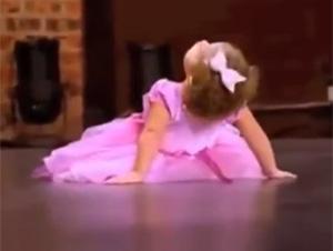 Bailarina de 2 años de Edad Interrumpe la Audición de su Mami…¡y se roba el show!