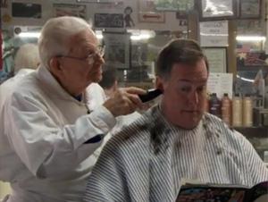 Hombre de 98 Años, a Punto de Entrar a una Peluquería – ¡Verdaderamente Inspirador!