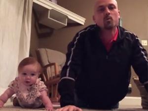 Bebita de Meses le Enseña a Su Papá Cómo Hacer Mejores Ejercicios – ¡Demasiado Lindo!