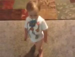 Cuando Vea Por Qué este Niñito Tiene Andares de Pato, No Podrá Evitar la Risa. A los 40 Segundos Todo Tiene Sentido…¡Tan Bello!