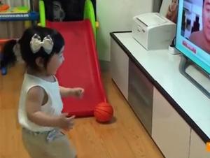 Bebé Linda Tiene la Mejor Reacción al Ver a su Papá a Través de Skype – ¡El Segundo :47 es lo Mejor!