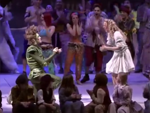 Peter Pan Detiene el Teatro Musical por Completo para Proponer Matrimonio a Su Amor