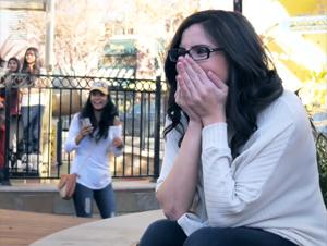 Esta Mujer Pensó que Sólo Formaba Parte de una Canción Espontánea de Cumpleaños para Su Amiga. ¡Pero la Verdad Sorprendente fue Mucho Mejor en el minuto 5:30!