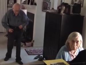 Ella Empezó a Tocar el Piano y ¡Su Marido Se Emocionó Tanto! Sus Movimientos al minuto :55 Me Derritieron el Corazón.