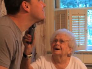 Lo que Este Hombre Hizo Para el Centésimo Cumpleaños de Su Abuela es un Poco Extraño. ¡Pero su Reacción No Tiene Precio!