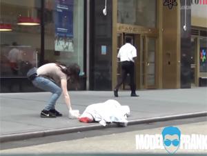 Intentan Robar el Dinero de un Indigente Mientras Duerme en la Calle – ¡Vea el Resultado Escalofriante!