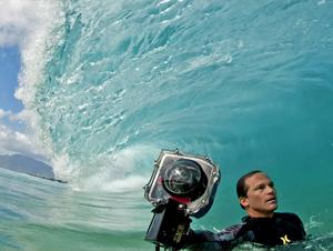 Surfeador Cambia su Tabla por una Cámara – Video en Inglés, ¡Pero Vale la Pena Verlo Aún en Silencio con tal de Ver la Belleza y el Poder de Dios en el Océano!
