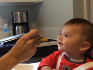 ¡La Cena Sorpresa de Este Bebé es lo Más Lindo! Su Reacción de Alegría es Como Sopa de Pollo para el Alma!