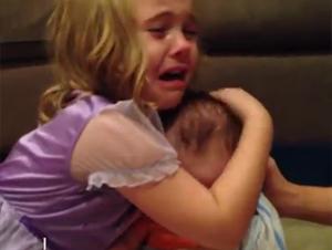 Algún Día Su Pequeño Hermanito Será un Adulto Y Ella Casi No Puede Soportar la Idea! – Precioso