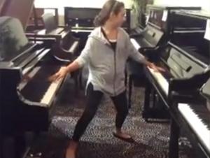 La Mayoría de las Personas no Pueden Tocar Ni 1 Piano Bien. ¿Pero lo que Esta Niña de 12 Años Puede Hacer con 2 Pianos? ¡Guau!