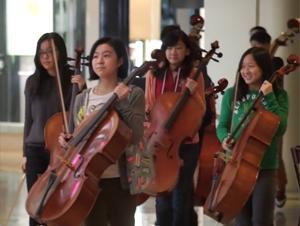Las Niñas de Esta Orquesta Pasaron de Sólo Tomarse una Foto, ¡a Recibir un Estruendoso Aplauso!