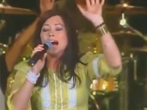 Esta Mujer Alaba a Dios con Todo su Corazón y ¡Seguramente te Contagiará! – Kari Jobe