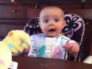 Esta Bebita Tiene un Nuevo Juguete. ¡Y Su Preciosa Reacción es Contagiosa! – Videos Lindos