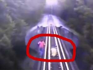 Un Tren se Encaminó Hacia Estas Dos Mujeres Sobre un Puente Sin Salida – ¡Esto Tiene Que Ser un Milagro!