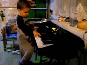 Lo que Este Niño de 3 Años Puede Hacer en el Piano le Asombrará. ¡Y Nunca Ha Tomado Clases!