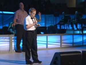 Niño de 10 Años de Edad Con Autismo Y Ciego Canta – Abre Los Ojos de Mi Corazón, Oh Cristo