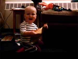 ¡Quién Necesita a Un Regalo Cuando Tiene Una Tarjeta de Este Tipo! ¡Esa cara del bebé es hilarante! – Videos Lindos