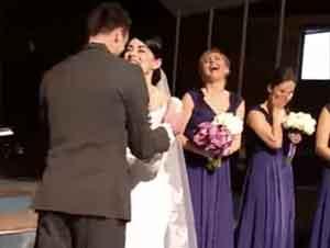 Lo que Este Novio Hizo en el Altar Sorprendió a Todos. Al parecer, ¡Estaba Muy Emocionado de Casarse!