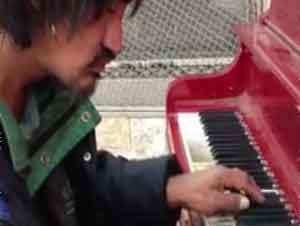 Cuando Este Hombre Indigente Se Acercó al Piano, Nadie Esperaba ESTO. ¡GUAU!