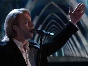 Ganador de Competencia Canta Alabanza a Dios Delante de Todo el Público