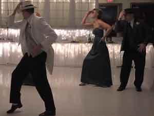 Los Novios de Boda y Su Cortejo Dejan Pasmados a Sus Invitados con un Baile Sorpresa