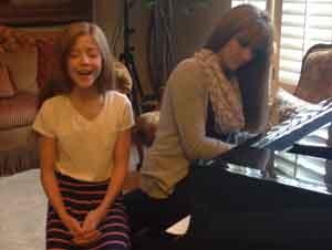 Niña de 12 Años Canta Bellamente 'Cuan Grande es Dios'