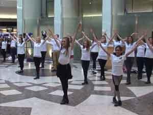 40 Bailarines Irlandeses Sorprenden a los Compradores con un Baile de FLASH MOB – ¡Impresionante!